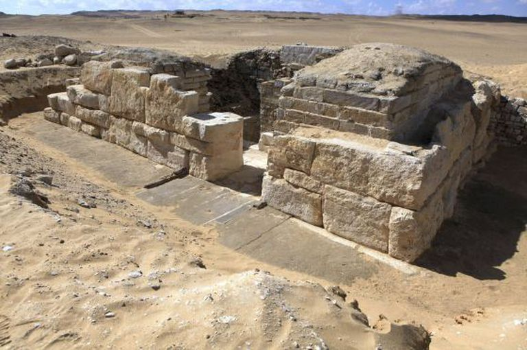 Foto divulgada pelo Ministério de Antiguidades egípcio da tumba de uma rainha da V dinastia faraônica (2500-2350 a. C).