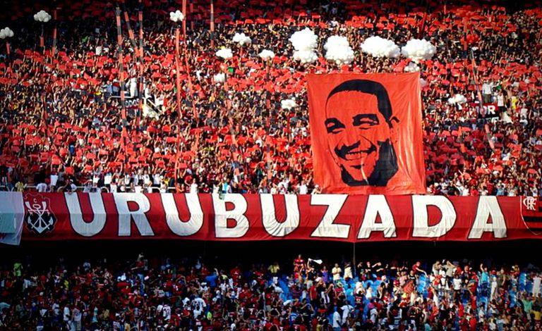 Torcida do Flamengo homenageia Adriano Imperador, cria da Vila Cruzeiro.
