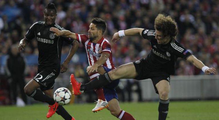 Diego Ribas entre David Luiz e Mikel