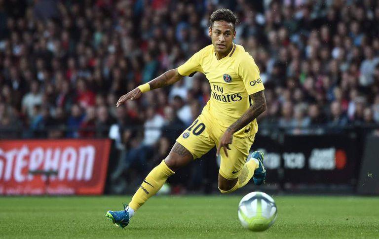 Neymar controla a bola