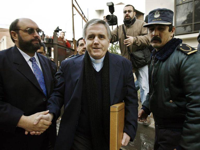 O sacerdote Julio Grassi chega em agosto de 2008 a um tribunal de Morón, perto de Buenos Aires.