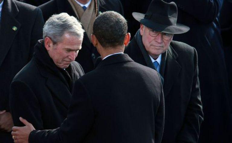Obama, cumprimentado por Bush, em sua posse em 2009.