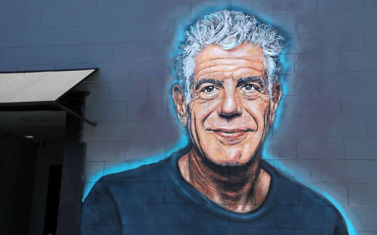 Mural em memória de Anthony Bourdain em uma parede do restaurante Gramercy, em Santa Monica, Califórnia (EUA), pintado pelo artista Jonas Never.
