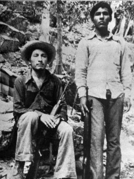 Lucio Cabañas (esquerda), professor de Guerrero e membro do movimento guerrilheiro, em una foto dos anos 1970, acompanhado de Pedro Hernández.
