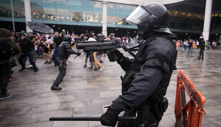 Policial usa armas de contenção de massas contra manifestantes em aeroporto de Prat