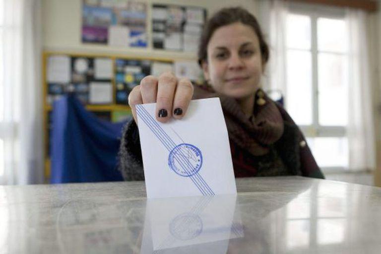 Uma mulher grega vota.