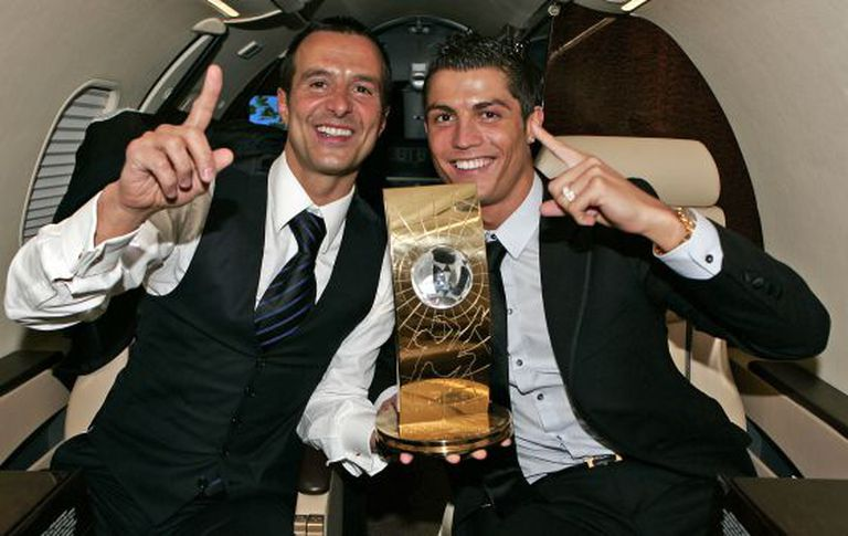 Jorge Mendes, com Cristiano Ronaldo depois de receber o último troféu da FIFA.