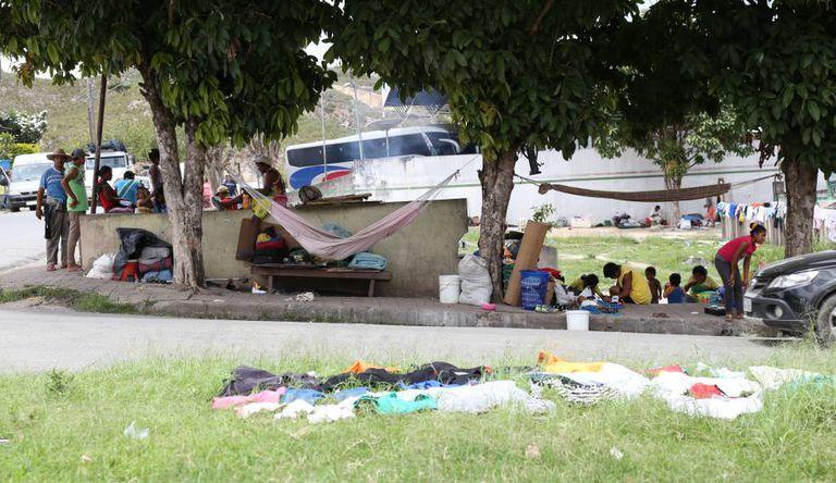 Imigrantes indígenas venezuelanos em Pacaraima, Roraima.