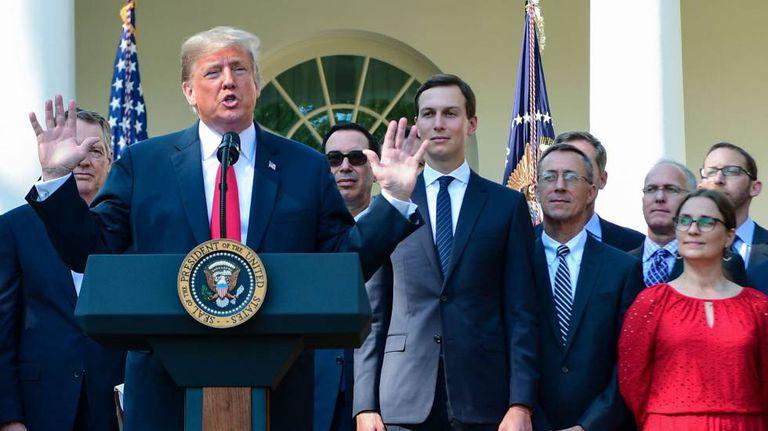 Donald Trump, nesta segunda-feira na Casa Branca, rodeado pela equipe negociadora do novo Nafta.