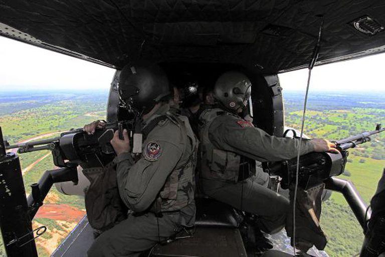Um helicóptero venezuelano sobrevoa o Estado de Táchira.