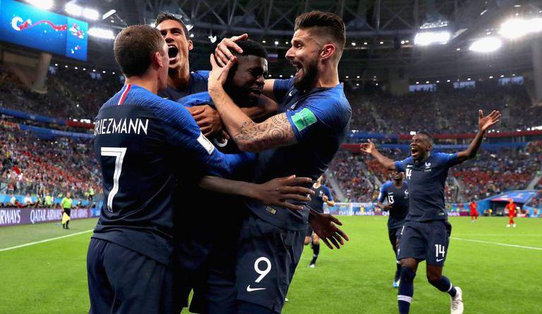 Franceses comemoram com Umtiti gol que deu a vaga na final para a seleção.