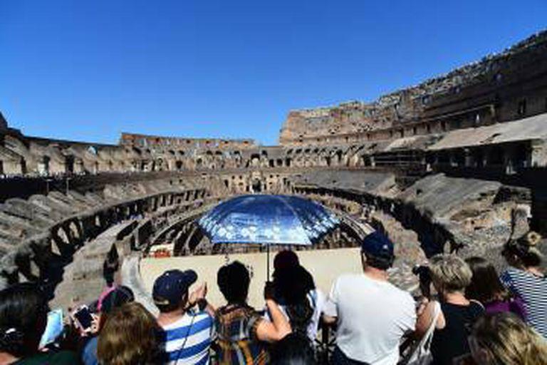 Turistas visitam o Coliseu.