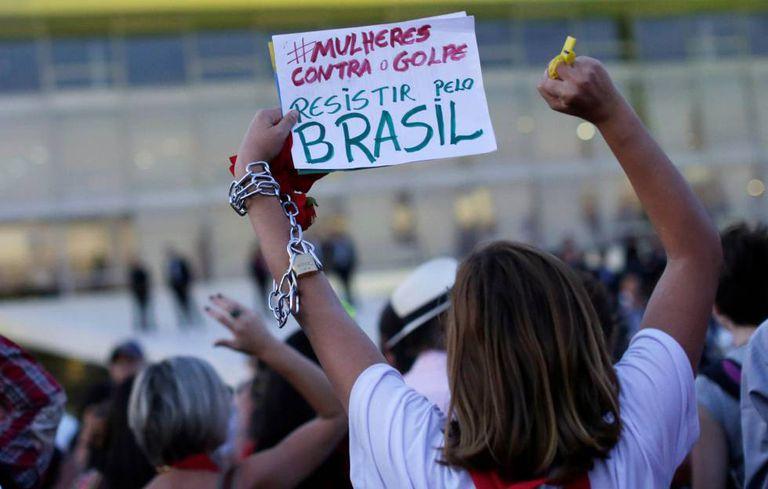 Mulheres protestam em frente ao Planalto.