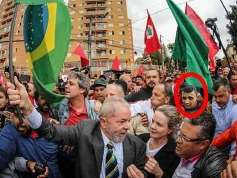 Montagem em que se vê o rosto do agressor de Bolsonaro, Adélio Bispo, próximo de Lula, em 2017.