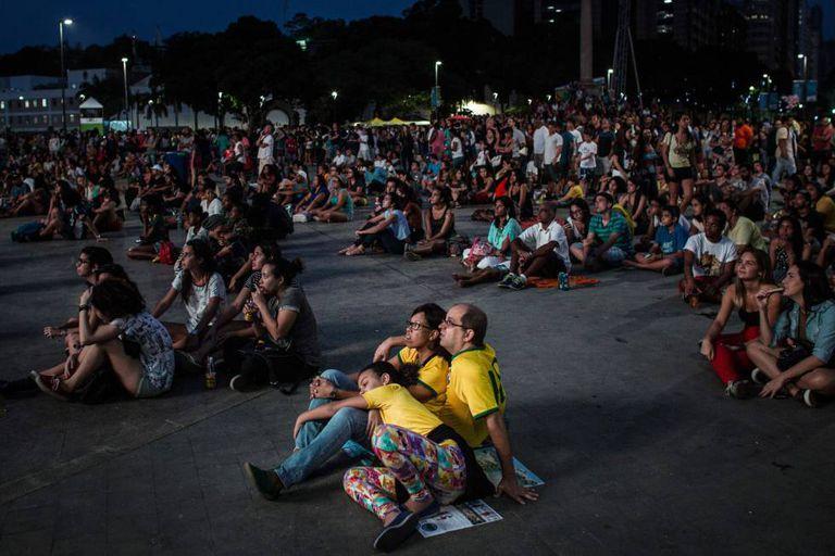 Torcedores se reúnem na praça Mauá para ver as competições olímpicas.