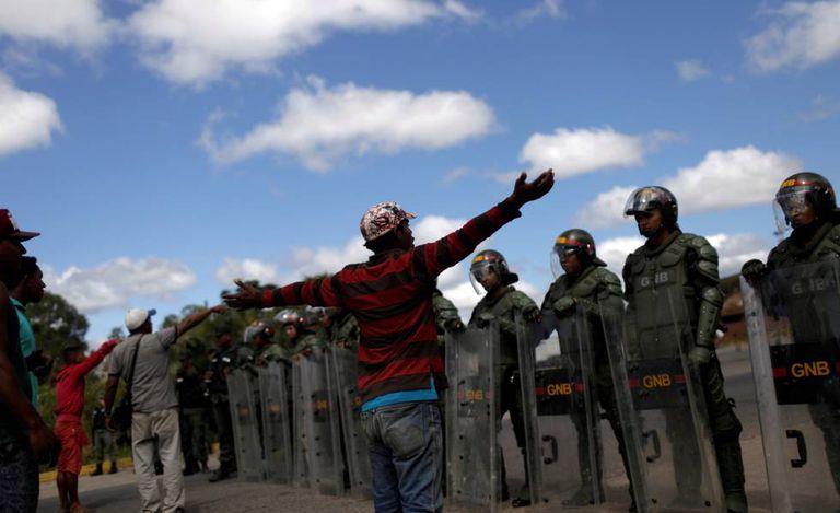 Soldados venezuelanos impedem passagem de pessoas na fronteira em Pacaraima, Roraima.