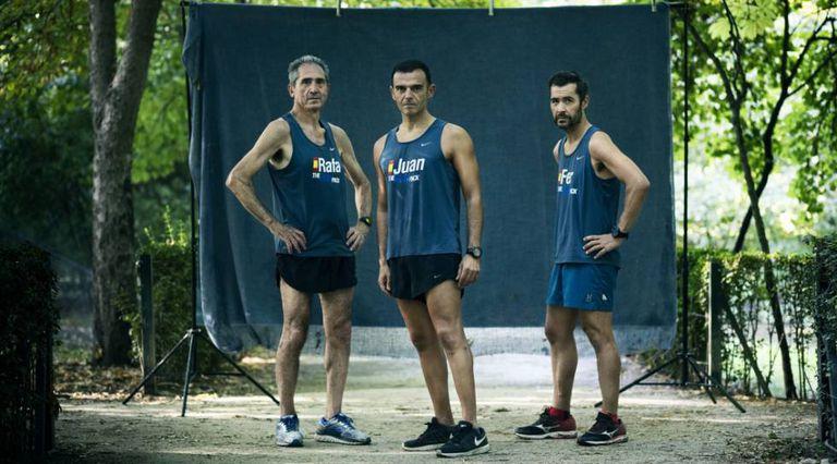 Juan Rubio, no centro, com Rafa e Fer, seus companheiros de treino no Parque do Retiro, em Madri.