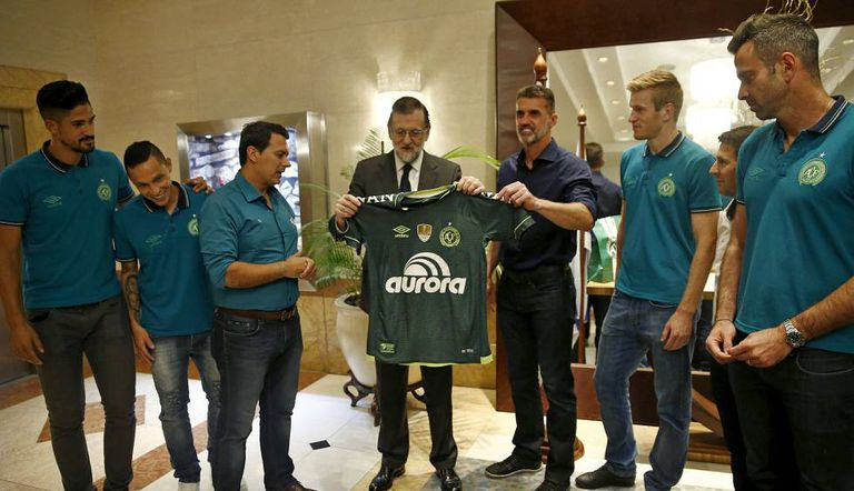 Mariano Rajoy, primeiro-ministro da Espanha, recebe camisa da Chapecoense.