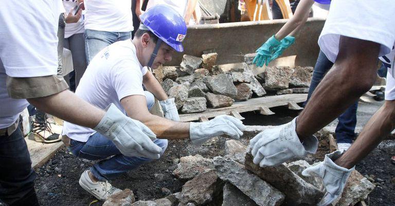 Doria participa de mutirão de reforma de calçadas.