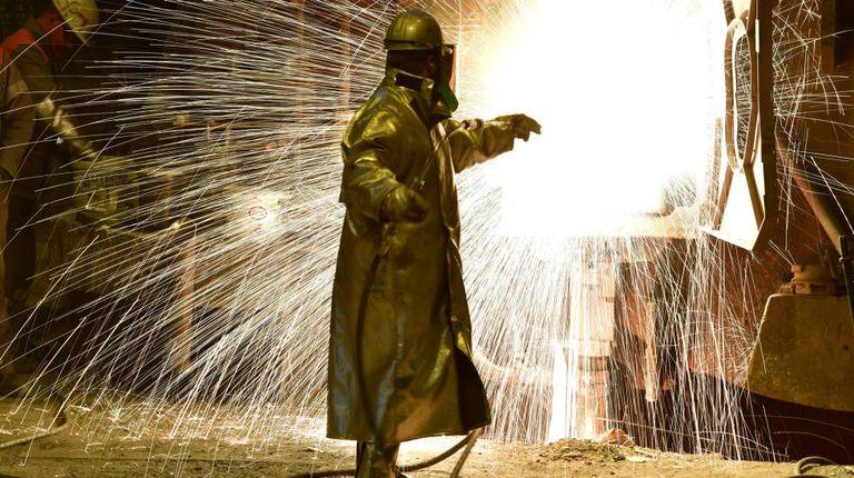Operário em frente a um forno da siderúrgica alemã de Salzgitter