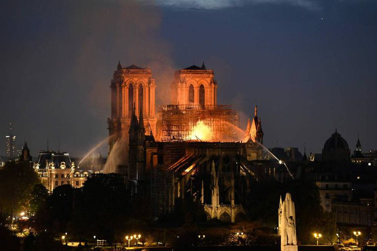 Trabalho de combate ao incêndio que destruiu o teto da catedral de Notre-Dame em abril.