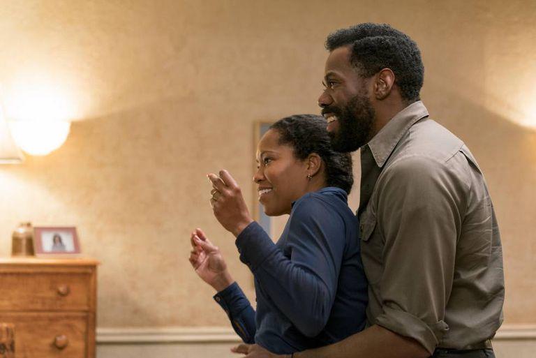 Regina King e Colmam Domingo, no filme.