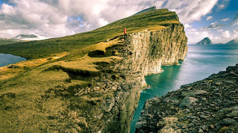 As falésias de Vágar, nas ilhas Faroe (Dinamarca).