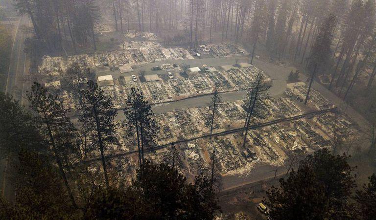 Um bairro completamente queimado em Paradise, Califórnia.