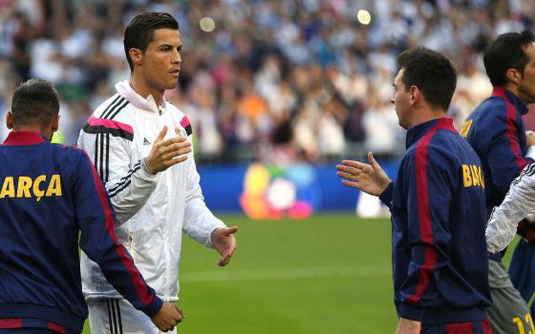 Messi e Ronaldo se cumprimentam antes de um clássico.