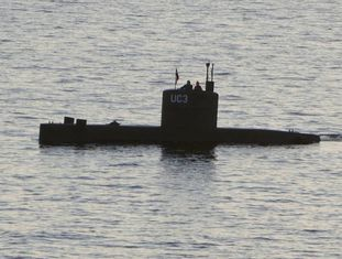 Madsen e Wall no submarino artesanal.