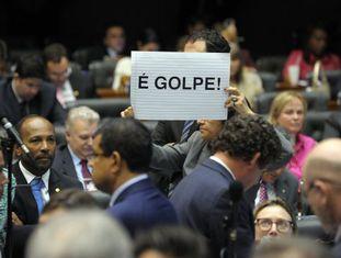 Deputada segura cartaz chamando manobra de Cunha de Golpe.