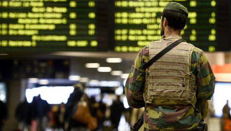 Soldado patrulha a estação de trem de Bruxelas.