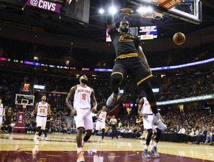 LeBron James esmaga o aro dos Knicks.