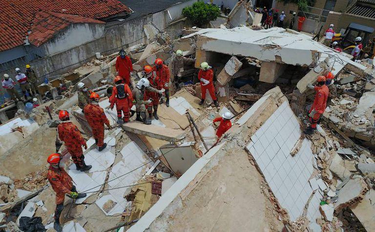 Escombros do edifício Andrea, que desmoronou em Fortaleza.