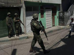 Soldados patrulham o complexo do Chapadão, em 11 de dezembro no Rio.