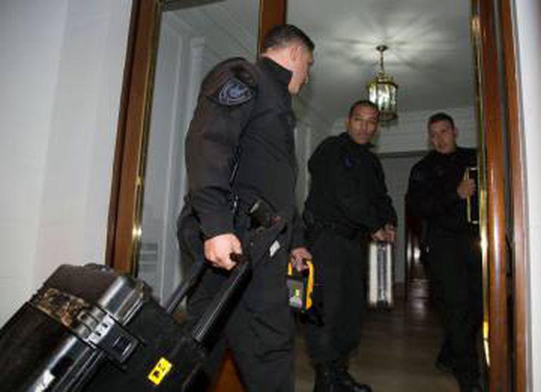 A polícia faz buscas em dois apartamentos no prédio onde mora Cristina Kirchner