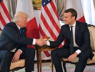Macron e Trump com o longo aperto de mãos de 25 de maio passado, em Bruxelas, durante a cúpula da OTAN.