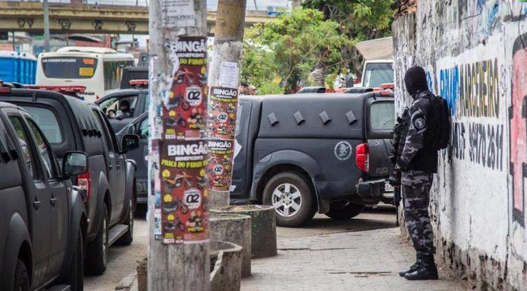 Policiais militares fazem operação na Vila do João, uma das comunidades da Maré, no dia 6 de fevereiro.
