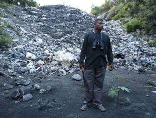 O pai de um estudante, no lixão de Cocula.