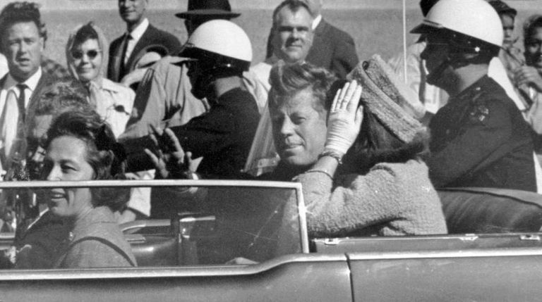 O presidente John F. Kennedy em Dallas pouco antes de morrer
