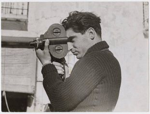 Robert Capa em um de seus retratos mais difundidos.