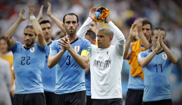 Jogadores uruguaios se despedem da Copa após derrota para a França.