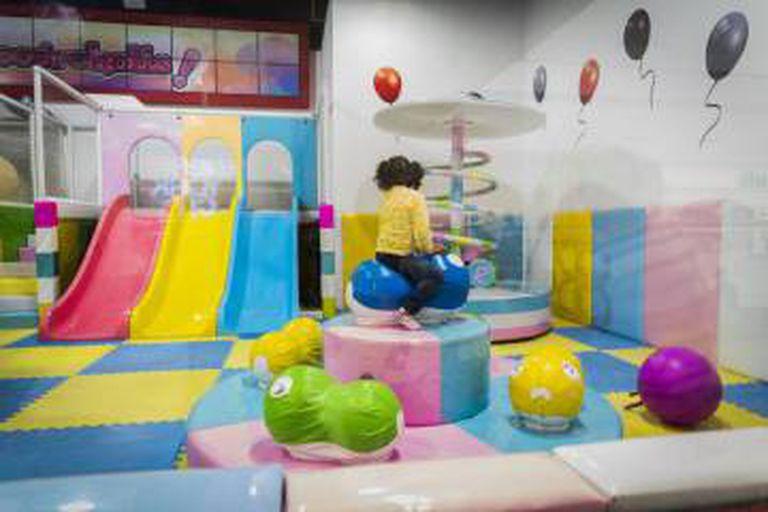 Keyla Aneliesse em uma sala de brinquedos para crianças.