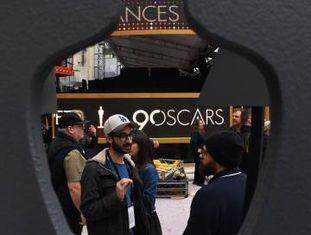 Trabalhadores preparam a cerimônia do Oscar nos arredores do Dolby Theatre (Los Angeles).