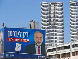 Cartaz eleitoral de Avigdor Lieberman nas ruas de Tel Aviv.