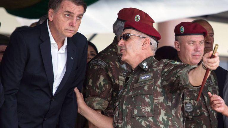 General fala com Bolsonaro na cerimônia de graduação de paraquedistas no Rio.