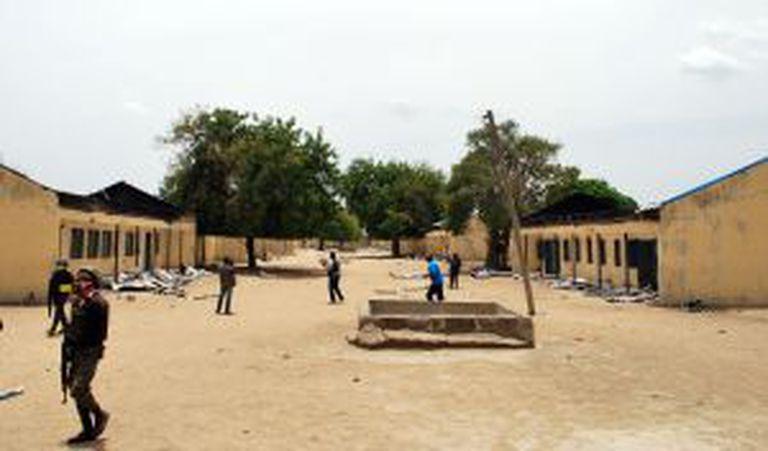 Policiais na escola de Chibok assaltada em 14 de abril por Boko Haram.