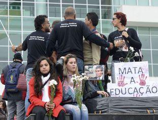 Professores protestam em Curitiba, em 5 de maio./