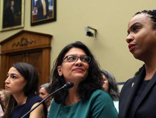 De esquerda para a direita, Alexandria Ocasio-Cortez, Rashida Tlaib e Ayanna Pressley, na sexta-feira passada no Congresso.