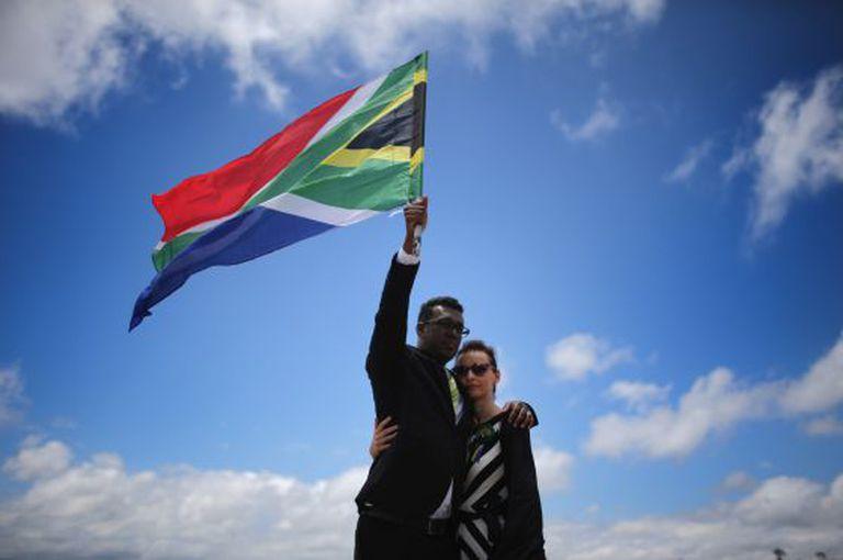 Um casal homenageia Mandela em Qunu, local de seu enterro.